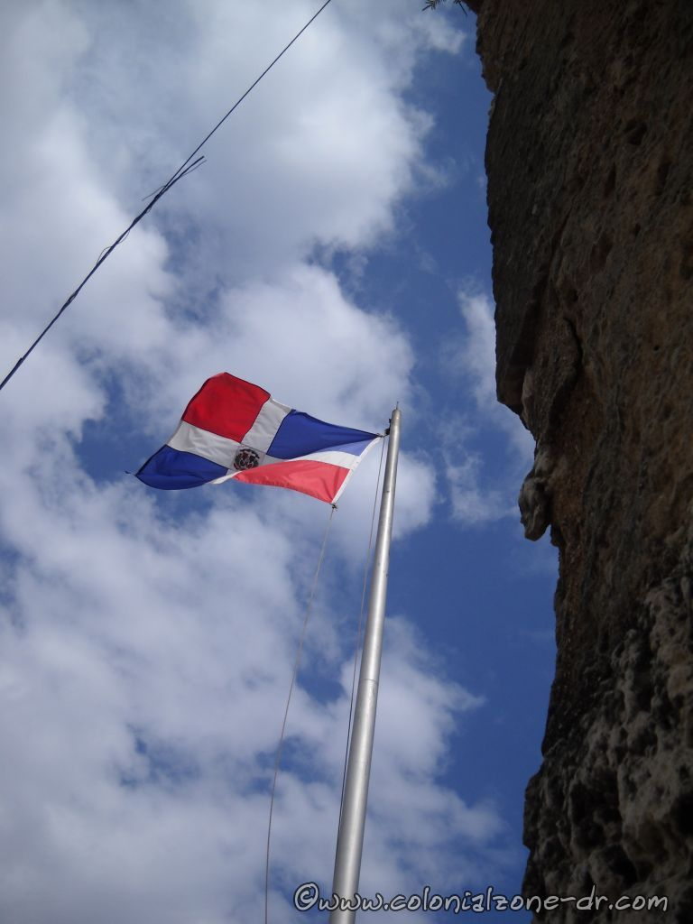 The Dominican flag over the Puerta Misericordia, Cuidad Colonial
