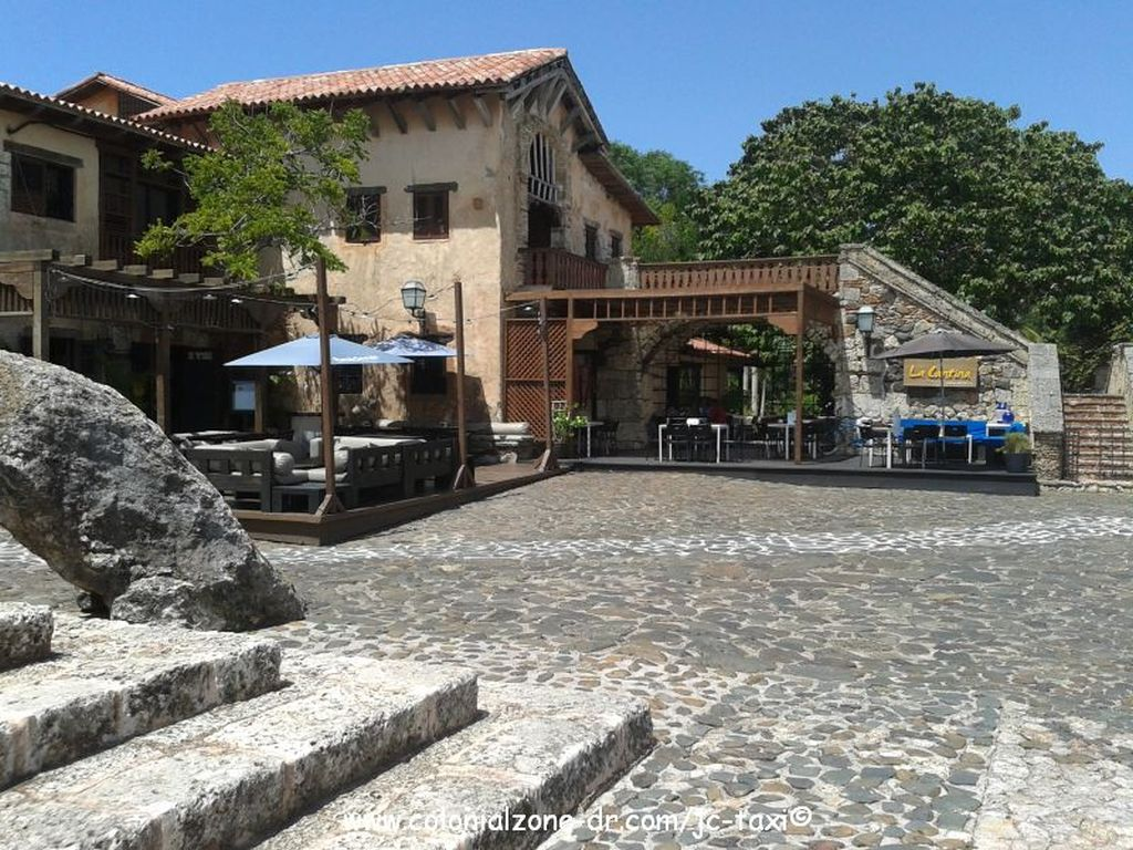 altos-de-chavon shops school and restaurant