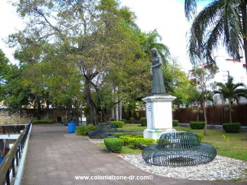 parque independencia monuments statues of pina and duartes mother