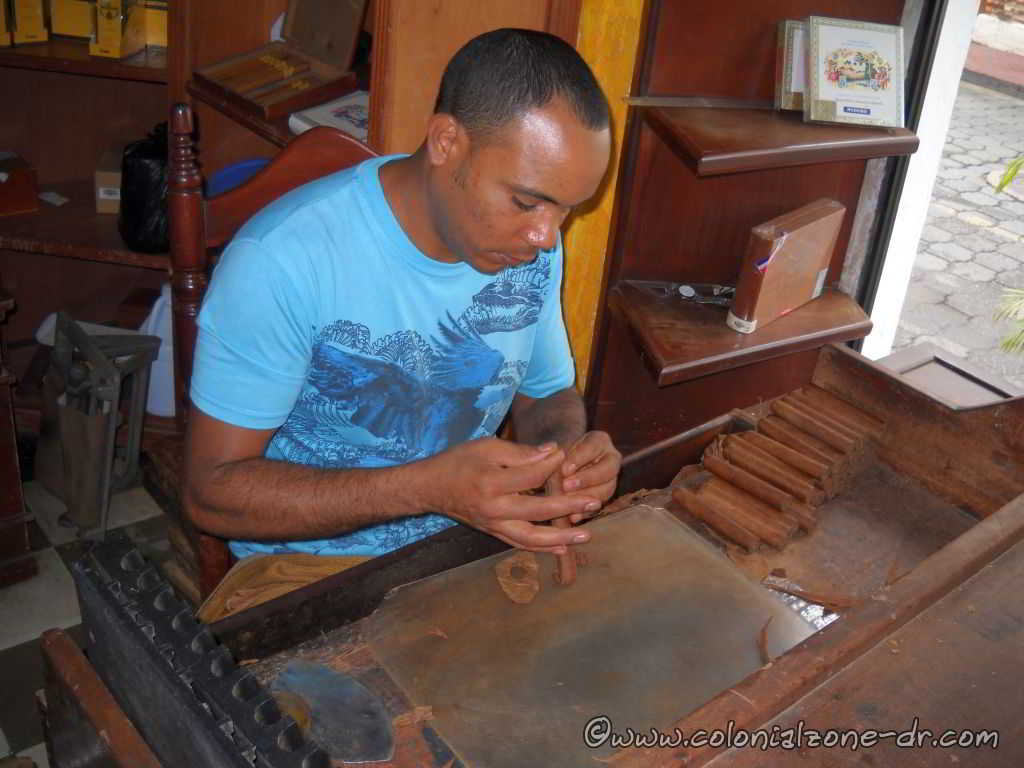 adding the end to a hand rolled cigar in dominican republic