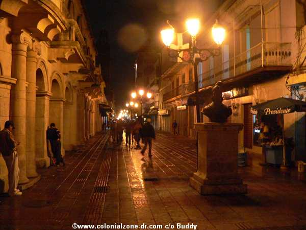 calle el conde at night