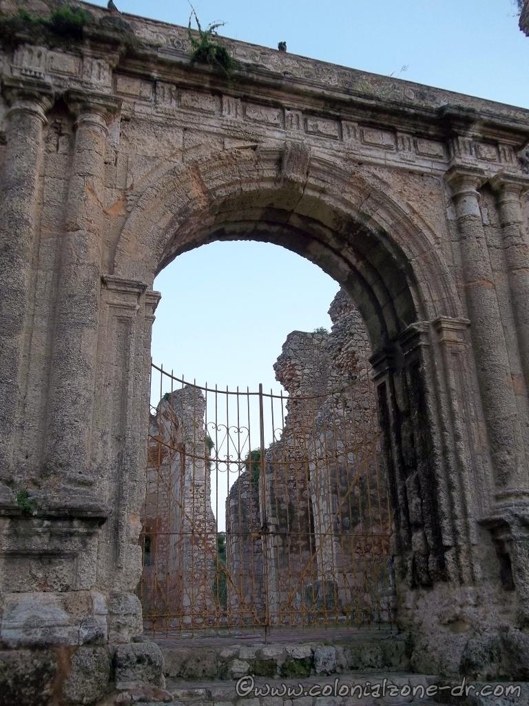 Ruinas del  Monasterio de San Francisco front gate