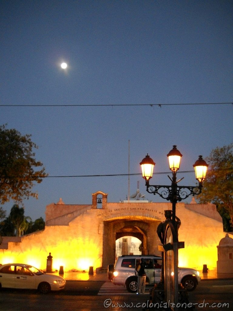 At the beginning (or the end) of Calle el Conde is Puerta del Conde at the entrance to Parque Independencia at night.