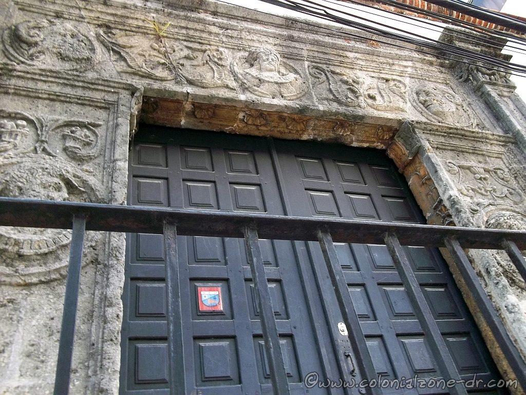 Casa de los Medallones faces above door