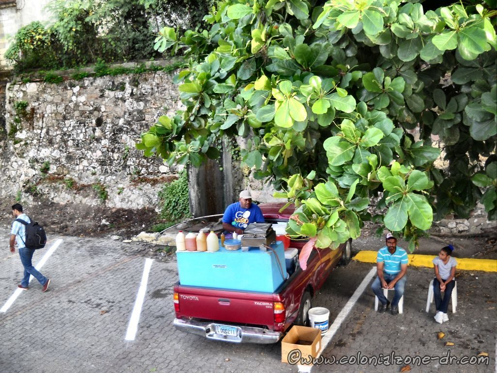 A street vendor food truck in the parking lot at the port