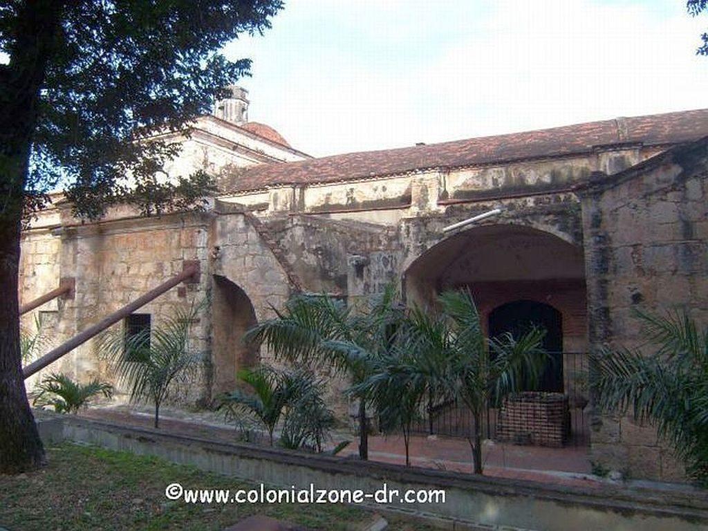 Iglesia y Fuerte de Santa Bárbara side wall held up with bars