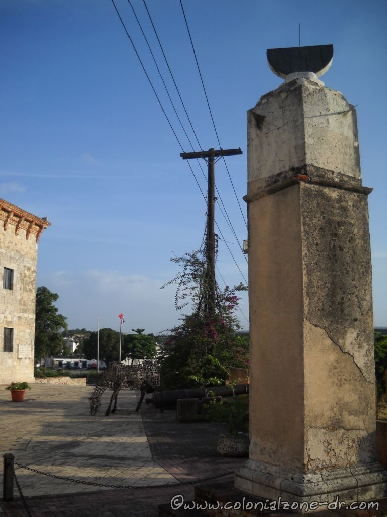 Reloj del Sol in front of Casa Reales