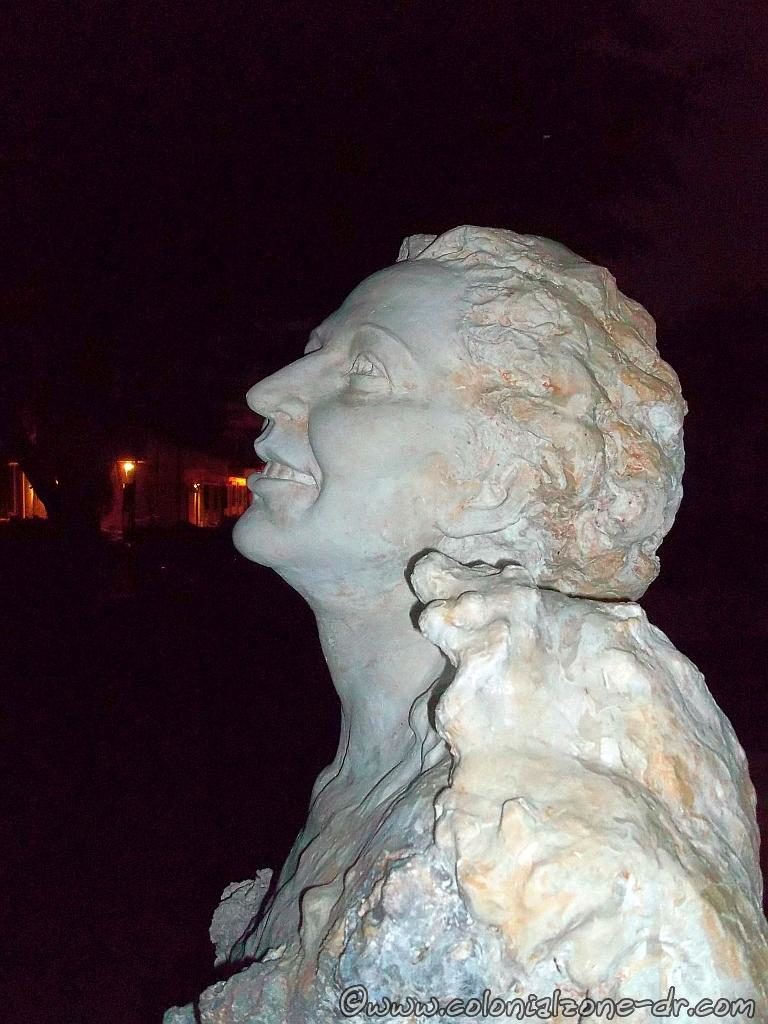 A close-up of the bust of Poet Julia de Burgos in Parque Rosado