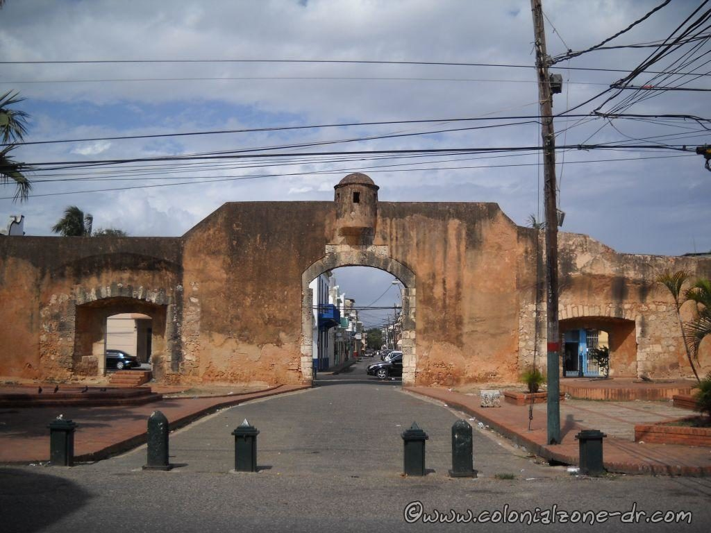 The view of the Gate of Mercy from Calle Padre Billini with Palo Hincado passing in front.