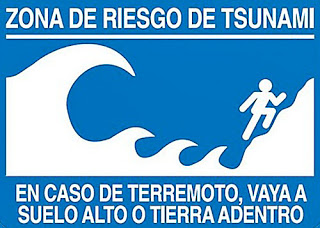 Tsunami Warning Sign - Zona De Riesgo De Tsunami. En Caso De Terremoto, Vaya A Suelo Alta O Tierra Adentro - Tsunami Risk Zone. In Case of Earthquake, Go To High Ground Or Inland