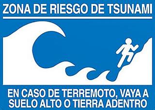 Tsunami Warning Sign - Zona De Riesgo De Tsunami. En Caso De Terremoto, Vaya A Suelo Alta O Tierra Adentro - Tsunami Risk Zone. In Case of Earthquake, Go To High Ground Or Inland
