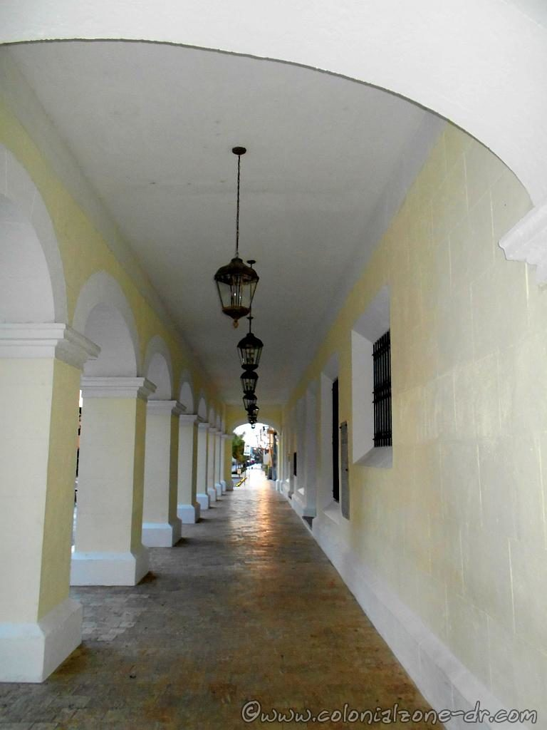 The ground level porch of the Palacio Consistorial.