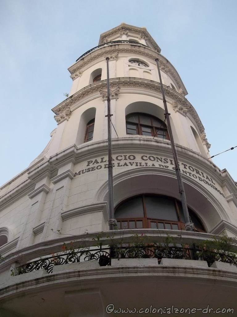 Palacio Consistorial has a large curved corner balcony where the clock tower rises to the crowned dome known as El Vivaque.