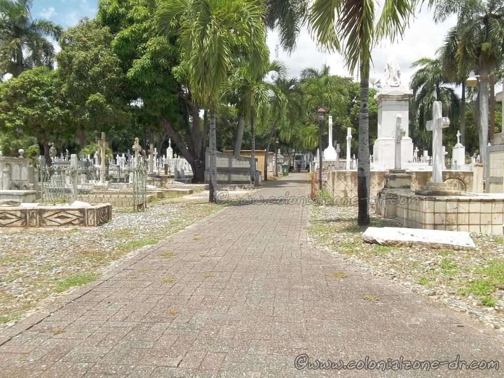 Center path through the Cementerio Nacional de la Avenida Independencia/ National Cemetery on Avenue Independencia