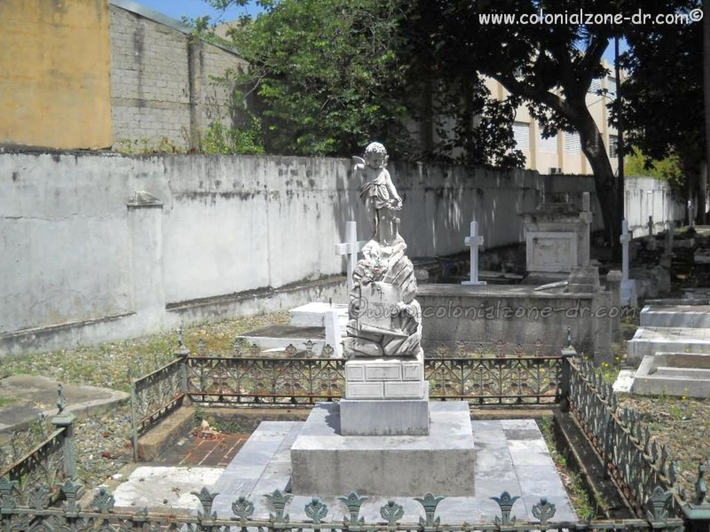 A monument dedicated to the loss of a child at the Cementerio Nacional de la Avenida Independencia/ National Cemetery on Avenue Independencia