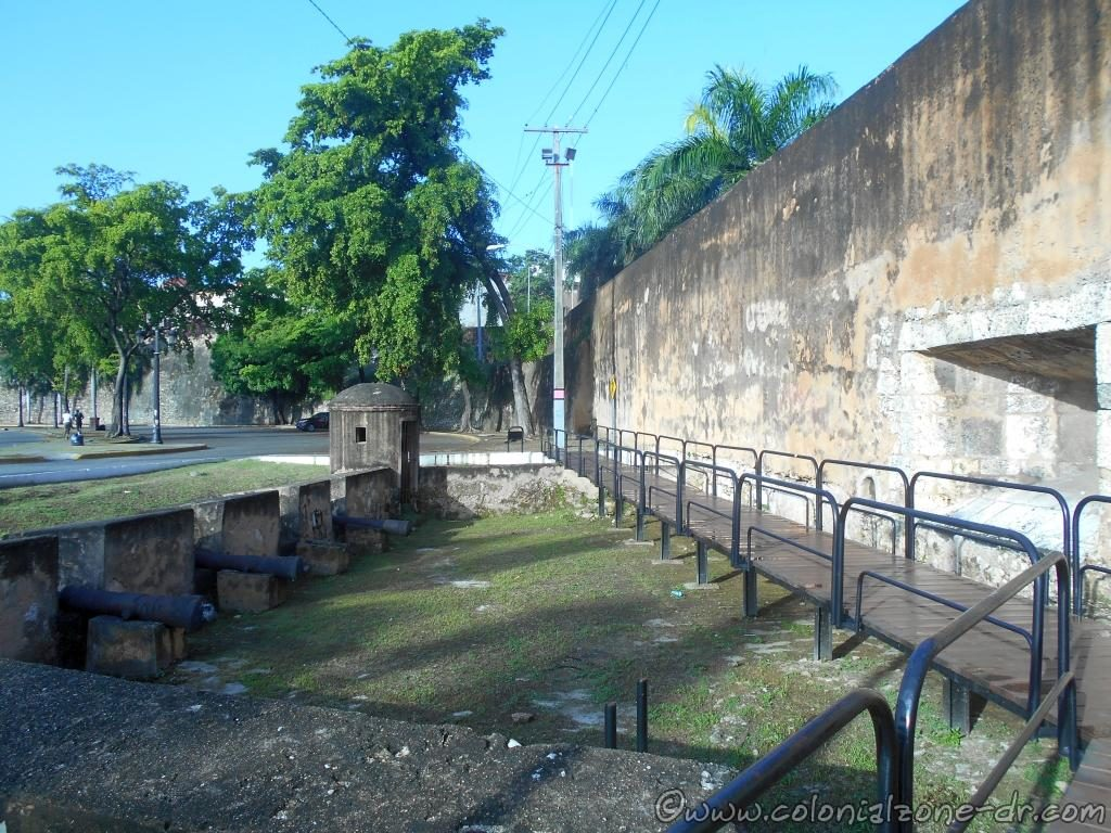 The wooden walk along the outside wall of the Fuerte San Diego and the Bateria del Almirante