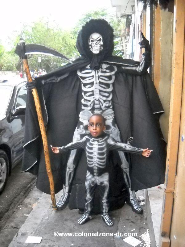 Los Muerte en Yipe skeleton father and son at Carnaval Dominicano