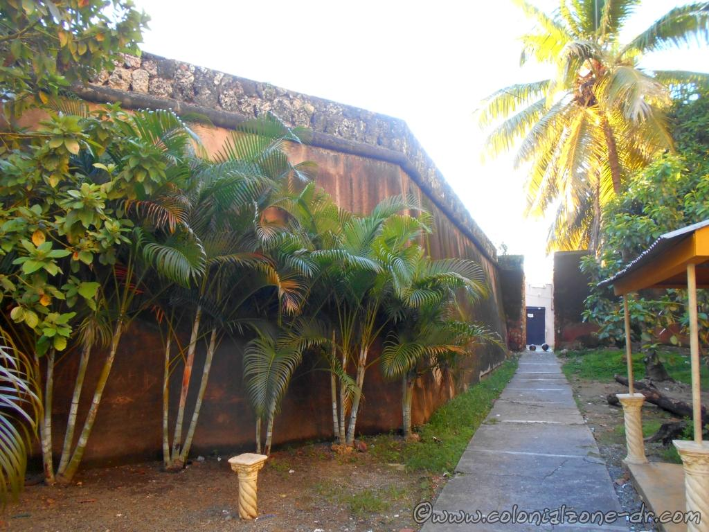 The wall of Fuerte San Antón from Av. La Mella entering into the Colonial City