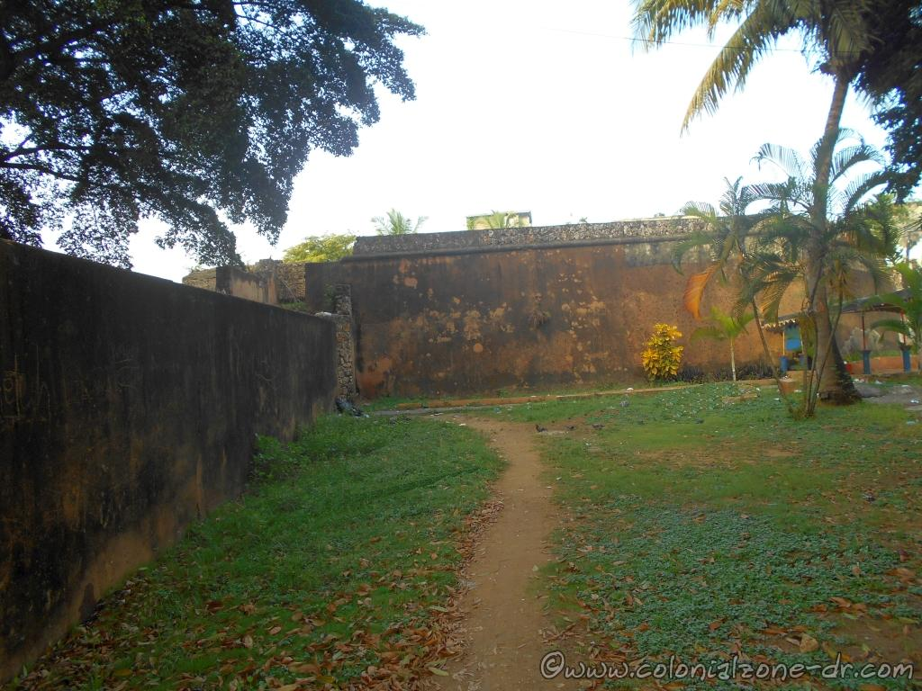 The wall of Fuerte San Antón accessed by Av. La Mella