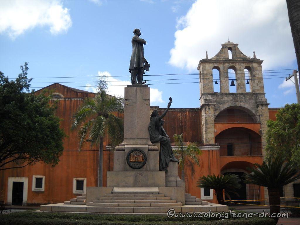 Parque Duarte is in front of the Iglesia y Convento de los Dominicos.