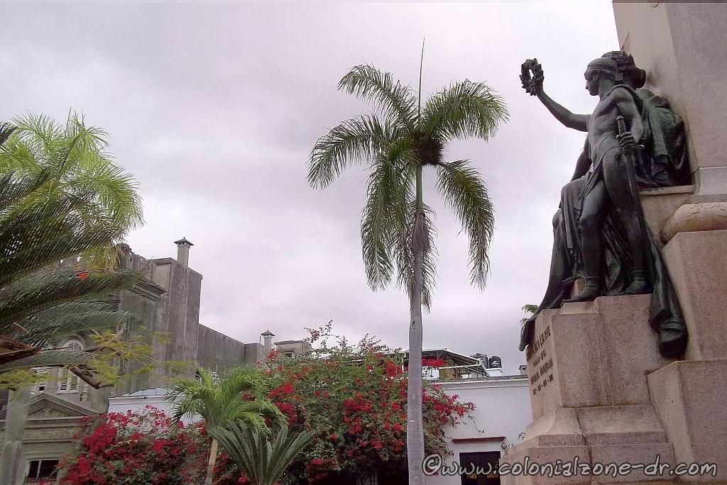 The Diosa de la Victoria / Goddess of Victory sits below the image of Duarte