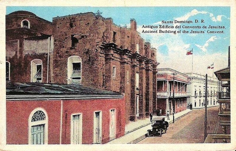 The home next to the Convento de los Jesuitas (now the Panteón Nacional) that sat where the Plaza María de Toledo is now located. Picture from 1920's