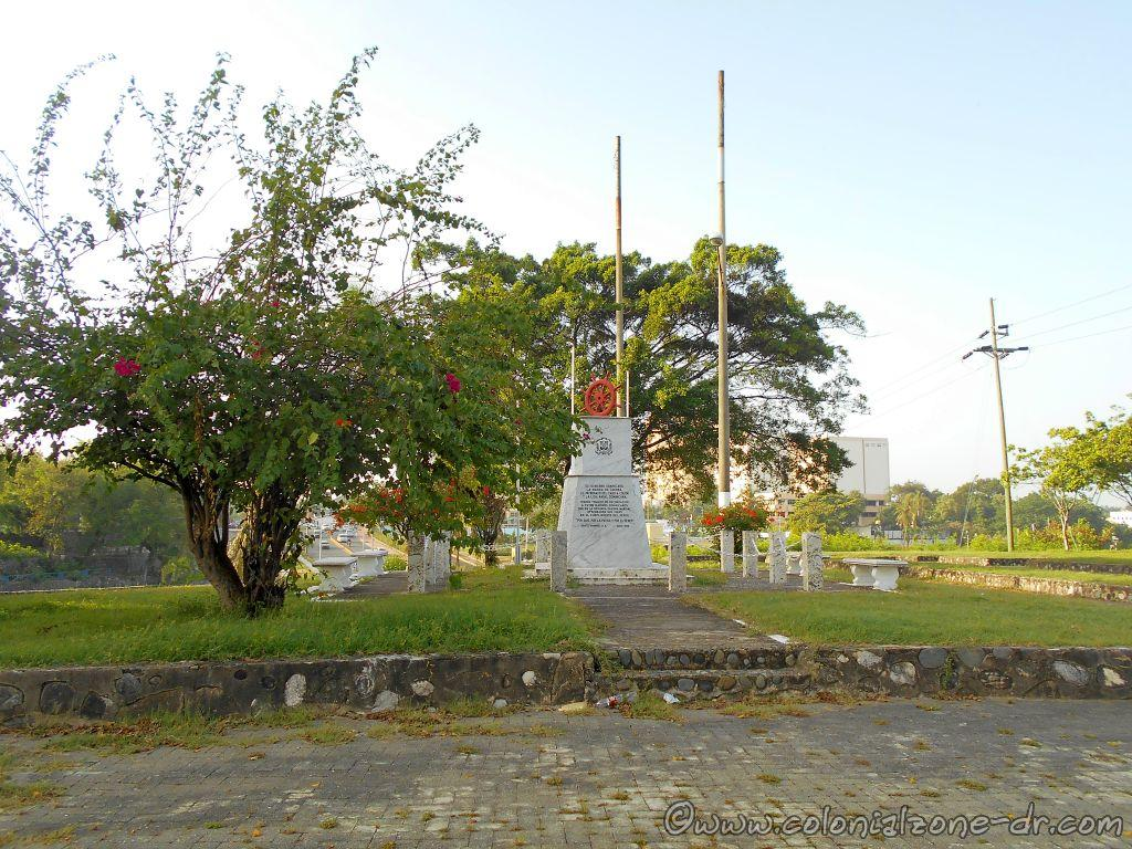 Monumento Marina de Guerra is also located in the center of the Plaza Monumento a la Caña