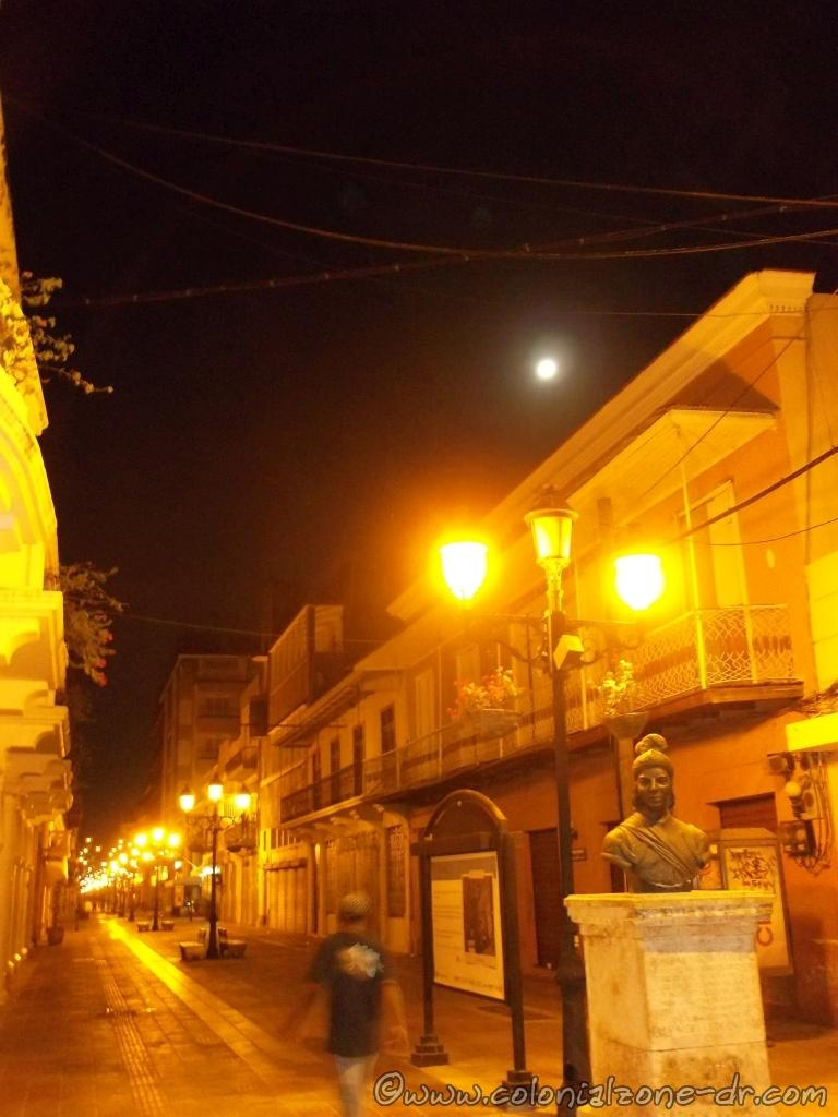 Calle el Conde under a full moon