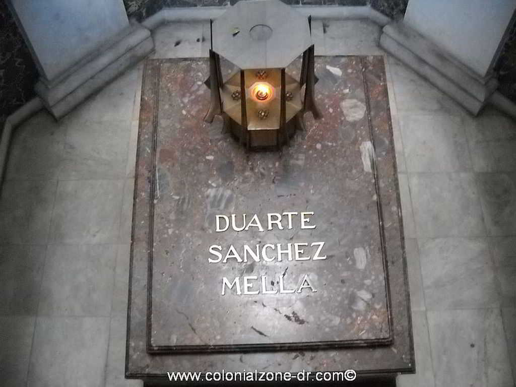 The eternal flame that burns inside the Altar of the Nation / Altar de la Patria