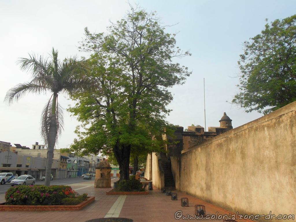 The exterior of Parque Independencia along Calle Palo Hincado.