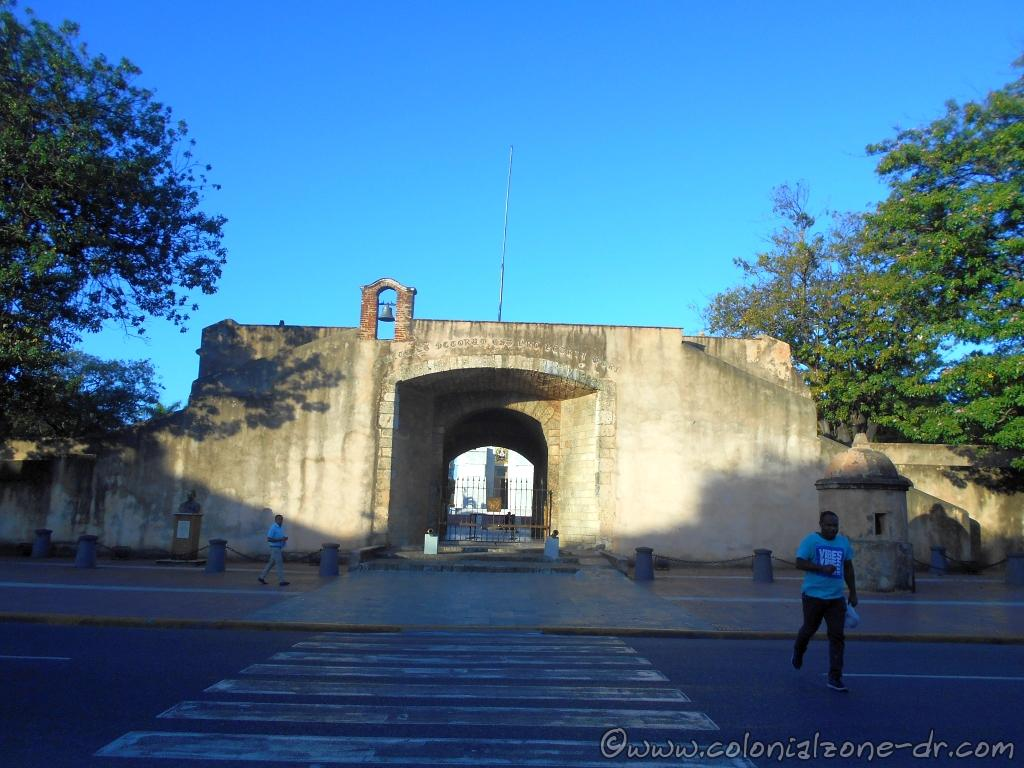The entrance to Parque Independencia showing the inscription above the gate.