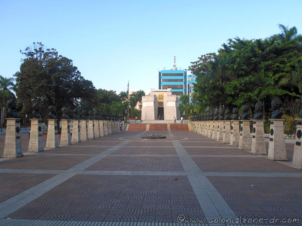 The busts of National Heroes line the entrance to Parque Independencia
