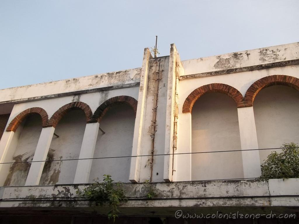 A view of the second floor arcade of the Multicine Colonial. You can still see some of the name.