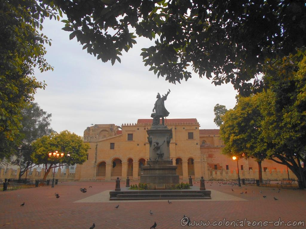 Parque Colón with the statue of Columbus and The Cathedral of Santo Domingo in the background.
